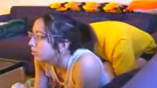 Se Chinga la Hermana mientras juega a la Consola