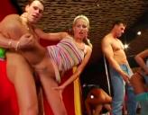 Sexo en Discoteca donde Las Chicas Chupan polla y los Tipos Follan Duro
