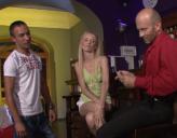 Rubia en un Bar que termina Follada por un Cliente y el Camarero