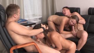Cuatro se Encuentran y Follan en una Orgía