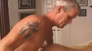 Padre se Folla a su Hija Borracha que no se Entera