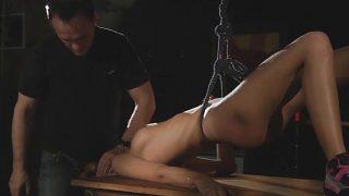 Adolescente castigada en sesión de BDSM