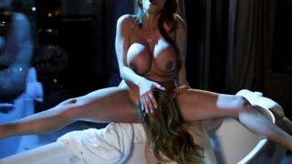 Ariella Ferrera y Kristen Scott llegan al orgasmo en la bañera