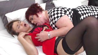Adolescente lesbiana follando con una mujer madura