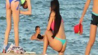 Adolescente filma mujeres en la playa