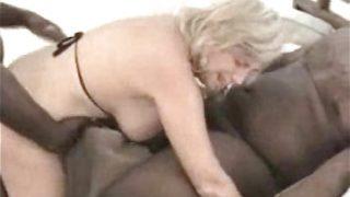 Mujer madura follada por dos negros viciosos