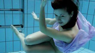 La morocha Aneta nada desnuda en la piscina