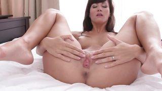Lauren se masturba con sensualidad