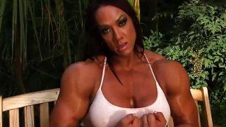 Musculosa se masturba en el jardín