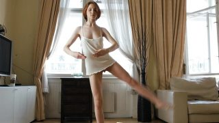 Caliente  Lukoshkina La Bailarina Estira Todo su Cuerpo